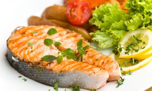 Для возвращении потенции необходимо включитьь в свой рацион блюда из красной рыбы и зелени