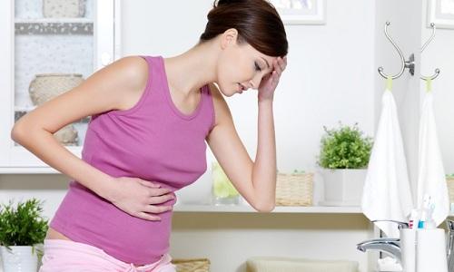 Кинжальная или опоясывающая боль в животе - один из симптомов панкреатита