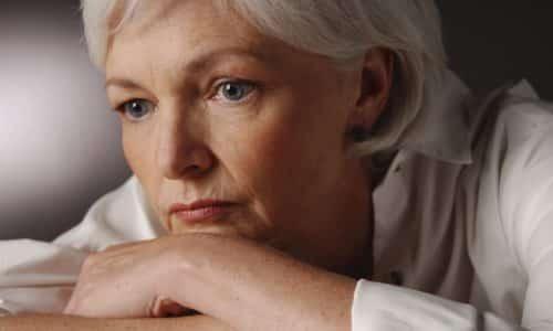 Зуд в мочеиспускательном канале у женщин, помимо вышеперечисленных причин, может быть вызван сухостью слизистой оболочки из-за гормональных изменений при климаксе