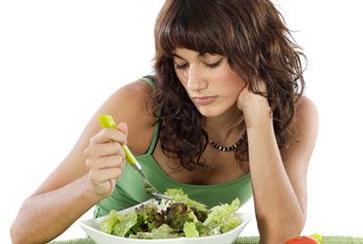 Девушка ест без аппетита
