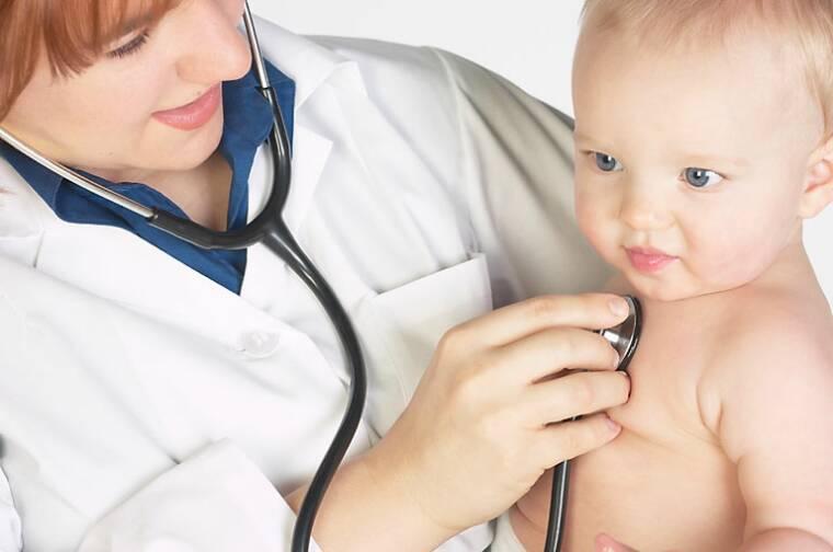 На приеме у детского хирурга проводится визуальное обследование и пальпация
