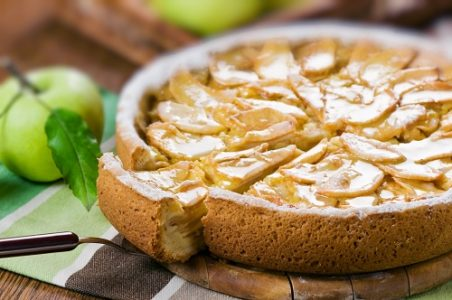 Пироги при панкреатите готовят из бисквитного или нежирного песочного теста, с фруктами или ягодами