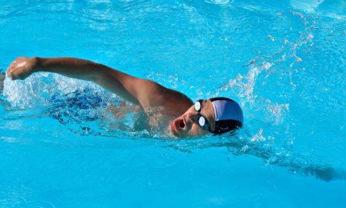 Плавание считается оптимальным видом спорта при заболеваниях спины, так как исключает нагрузку на позвоночный столб