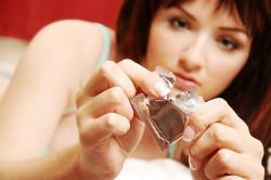 Повреждение презерватива при вскрытии упаковки